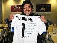 Моуринью подарил Марадоне футболку с автографом