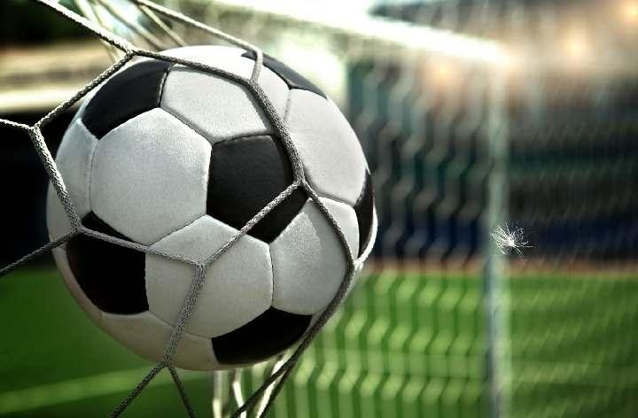 Берегись игрока, умеющего забивать голы затылком (ВИДЕО)