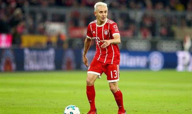 Бавария хочет сохранить Рафинью и предложила ему новый контракт